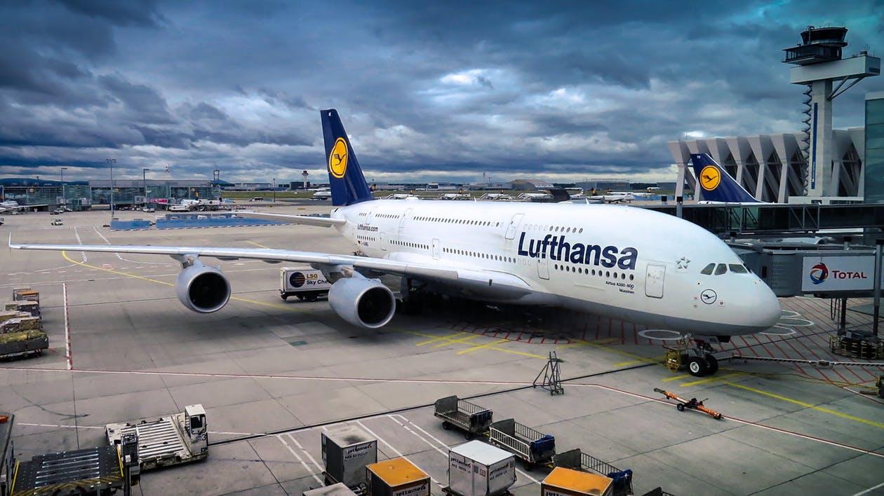 avion lufthansa sur un tarmac d'aéroport