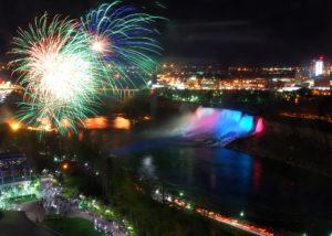 feu d'artifice sur les chutes du Niagara pendant l'une des fêtes nationales canadiennes, le Victoria Day
