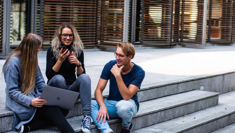 étudiants qui discutent pour partir à l'étranger
